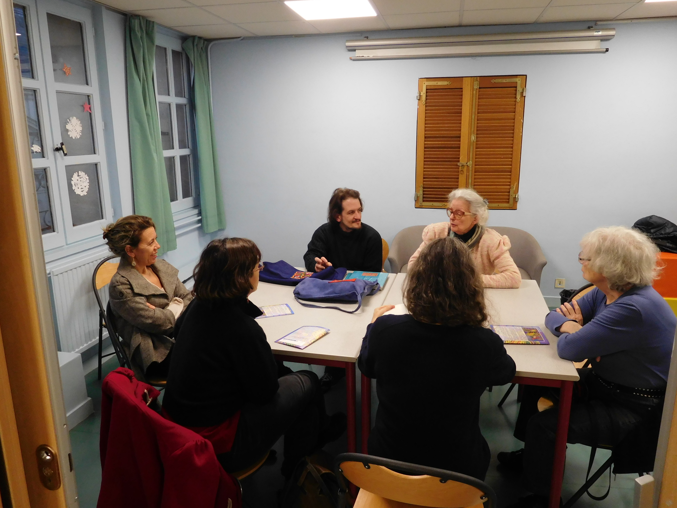 Petite discussion après l'atelier avec des adultes, autour de la Mola